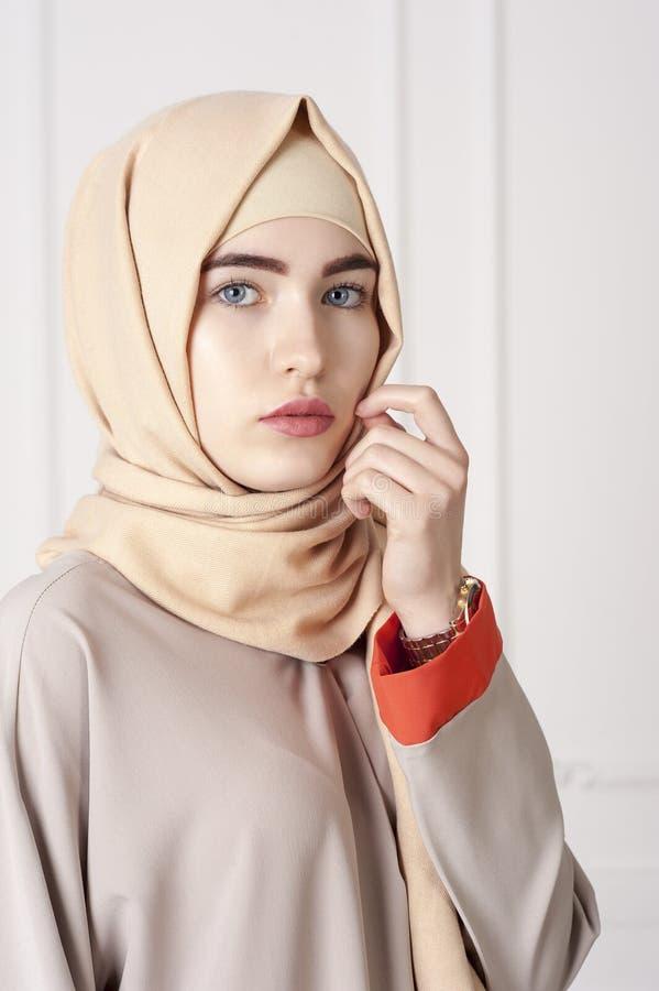 一名美丽的回教妇女的画象传统伊斯兰教的衣物的和报道他们的头 免版税库存图片