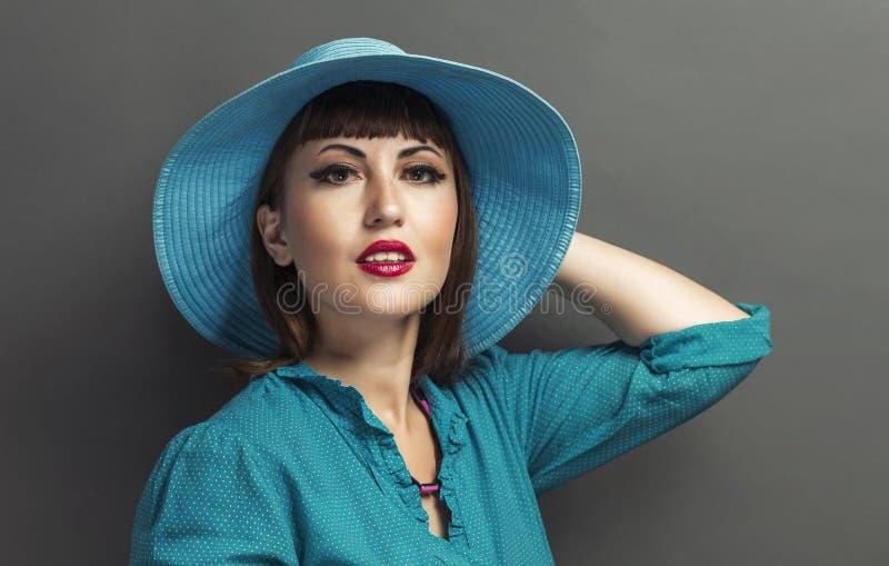 一名美丽的妇女的减速火箭的画象有帽子的 例证百合红色样式葡萄酒 启远地 库存照片