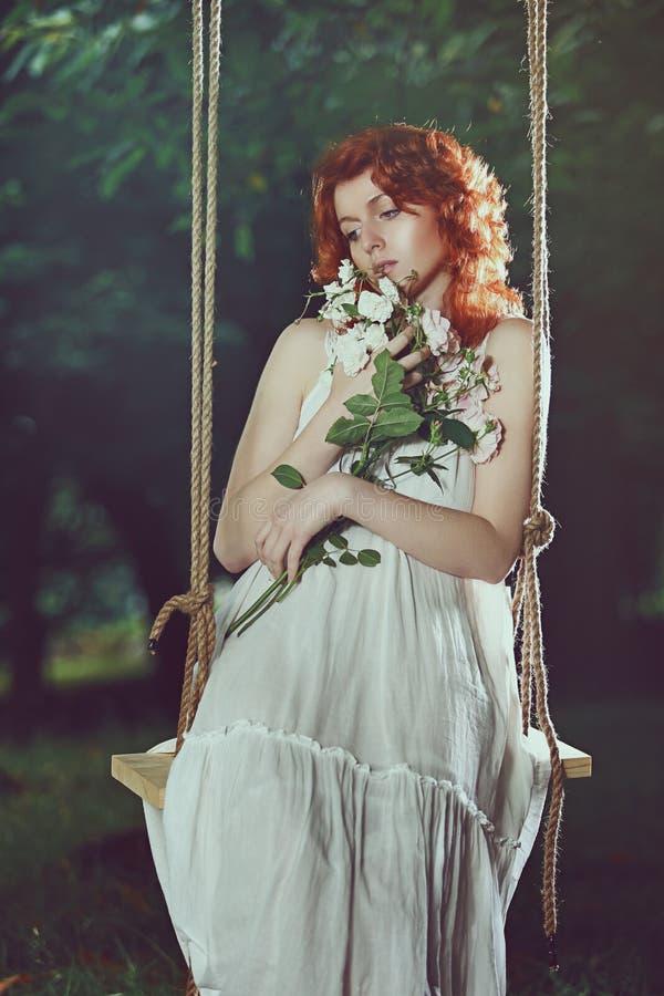 一名美丽的妇女的浪漫画象有红色头发的 库存图片
