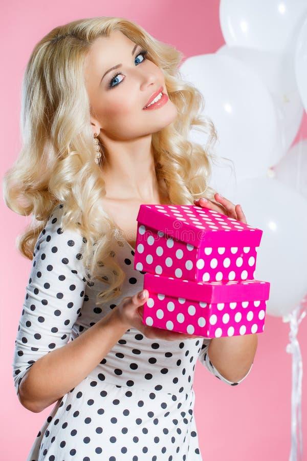 一名美丽的妇女的演播室画象有礼物的 免版税图库摄影