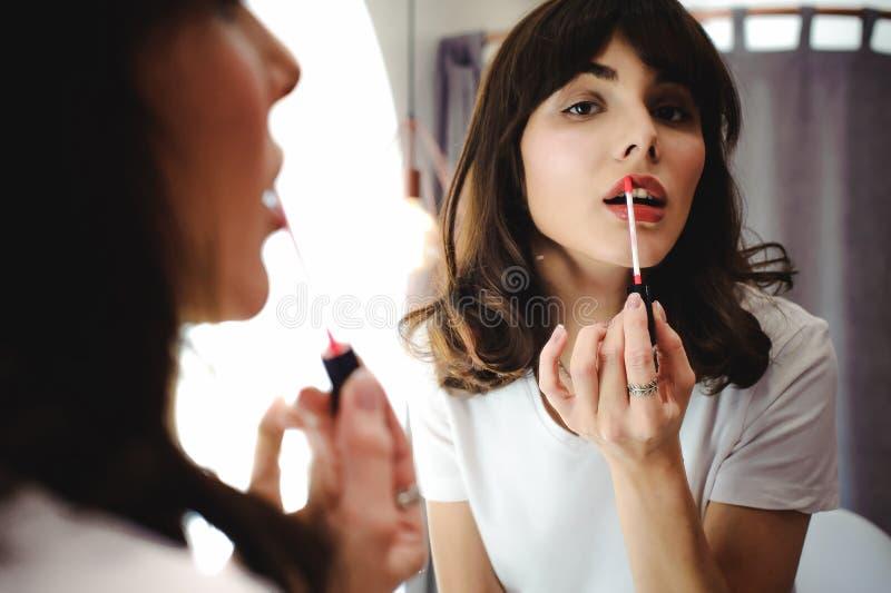 一名美丽的妇女的画象,染料她的嘴唇唇膏桃红色 库存照片