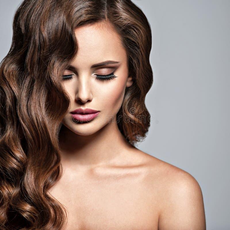 一名美丽的妇女的面孔有长的棕色头发的 免版税库存照片