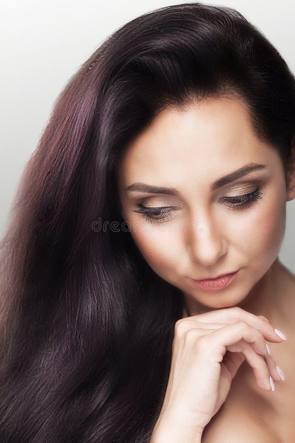 一名美丽的妇女的魅力画象有新每日构成和一种浪漫波浪发型的 在皮肤, s的时尚发光的轮廓色_ 图库摄影