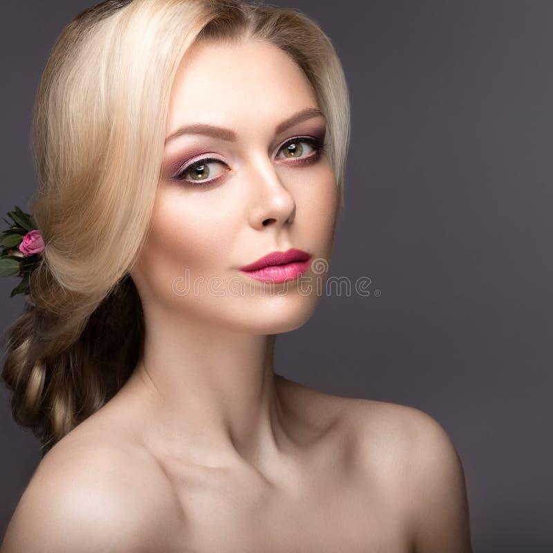一名美丽的妇女的画象新娘的图象的有花的在她的头发 秀丽表面 库存照片