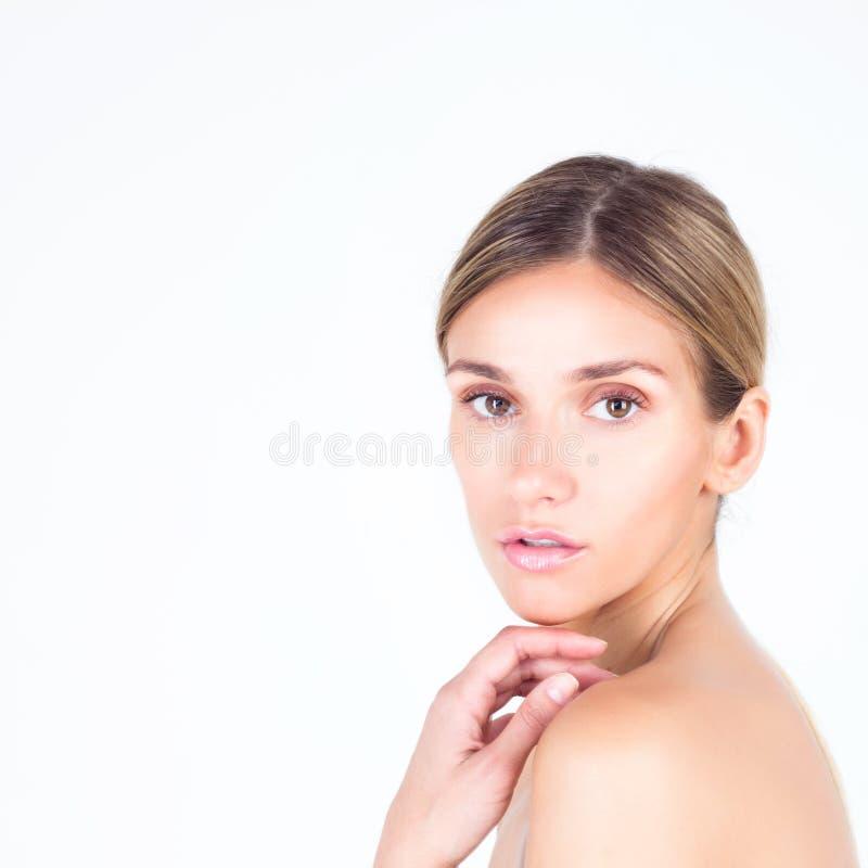 一名美丽的妇女的画象有干净和光滑的皮肤的 免版税库存图片