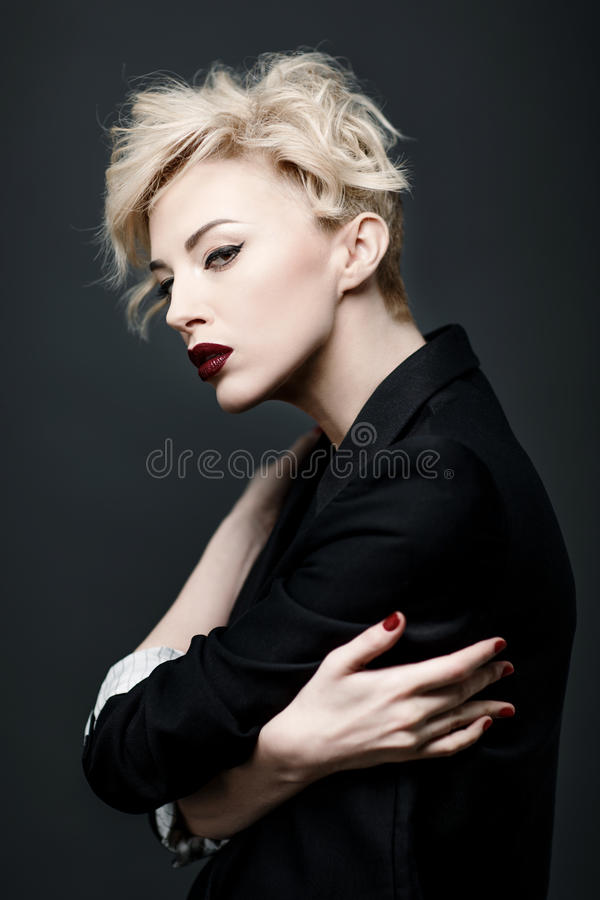 一名美丽的妇女的画象有干净的皮肤的 免版税库存图片