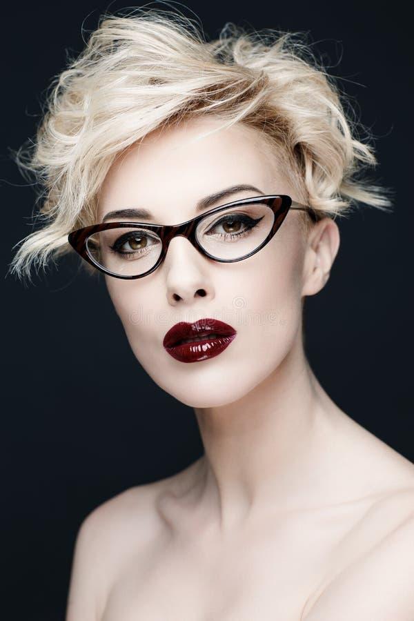 一名美丽的妇女的画象有干净的皮肤的 免版税库存照片