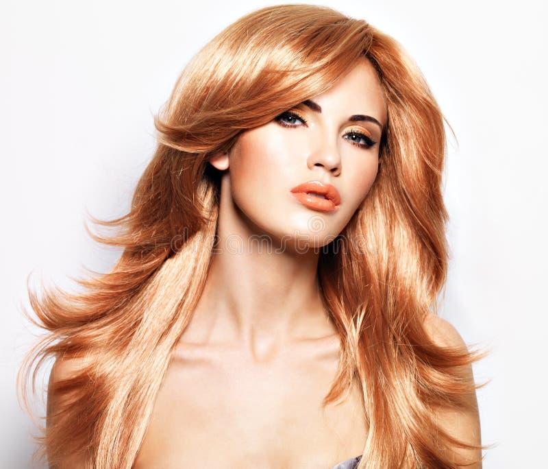 一名美丽的妇女的画象有长期平直的红色头发的 图库摄影