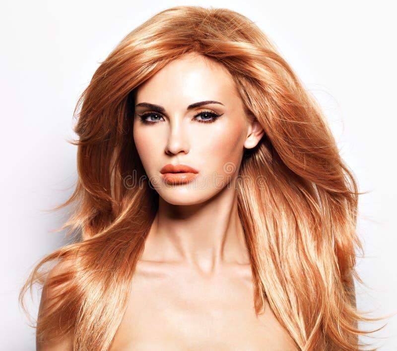 一名美丽的妇女的画象有长期平直的红色头发的 免版税图库摄影