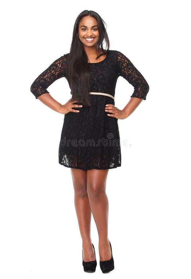 一名美丽的妇女的Portrit黑礼服微笑的 库存图片