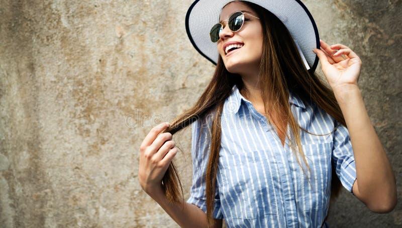 一名美丽的年轻愉快的妇女的画象 街头时尚照片 库存照片
