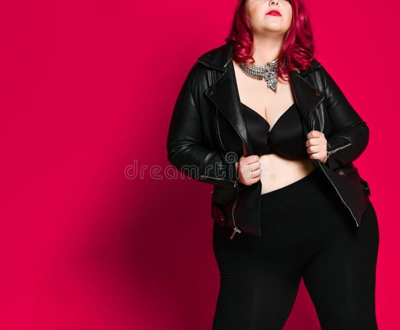 一名美丽的性感的妇女的画象黑皮夹克的 库存图片