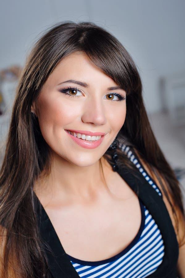 一名美丽的愉快的妇女的画象有微笑的在他的面孔 免版税图库摄影