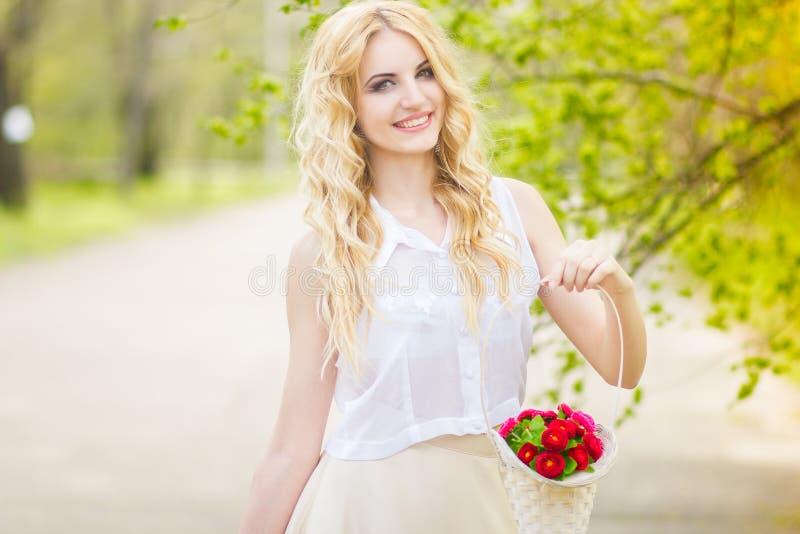 一名美丽的新白肤金发的妇女的纵向 库存照片