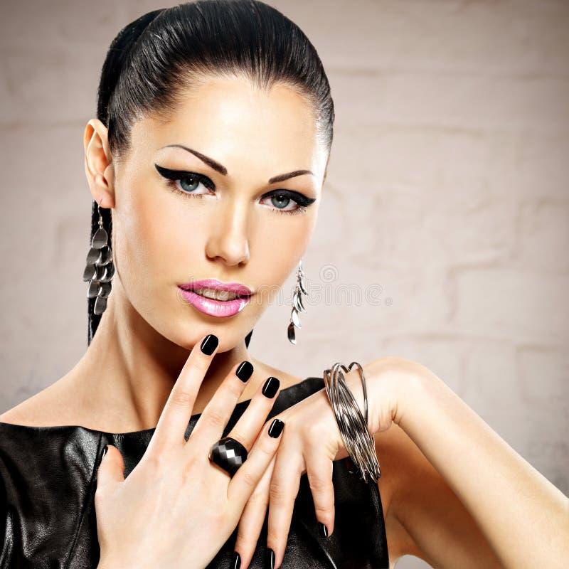 一名美丽的时尚妇女的画象有明亮的构成的 免版税库存照片