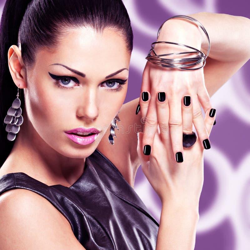 一名美丽的时尚妇女的画象有明亮的构成的 库存照片