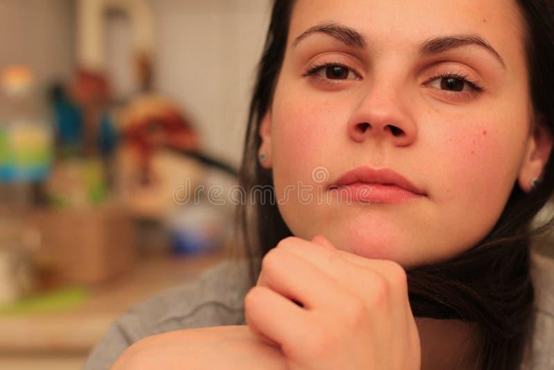 一名美丽的沉思妇女的画象有棕色眼睛和头发的 库存照片