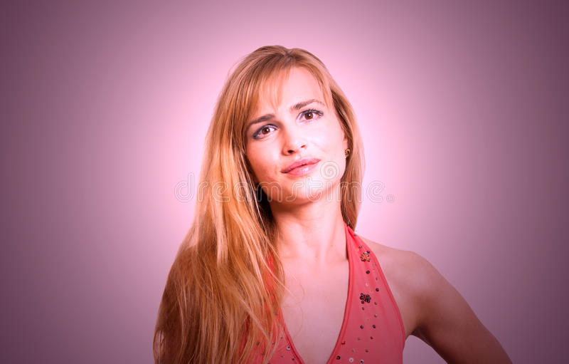 一名美丽的白肤金发的smilling的妇女的画象 免版税库存照片