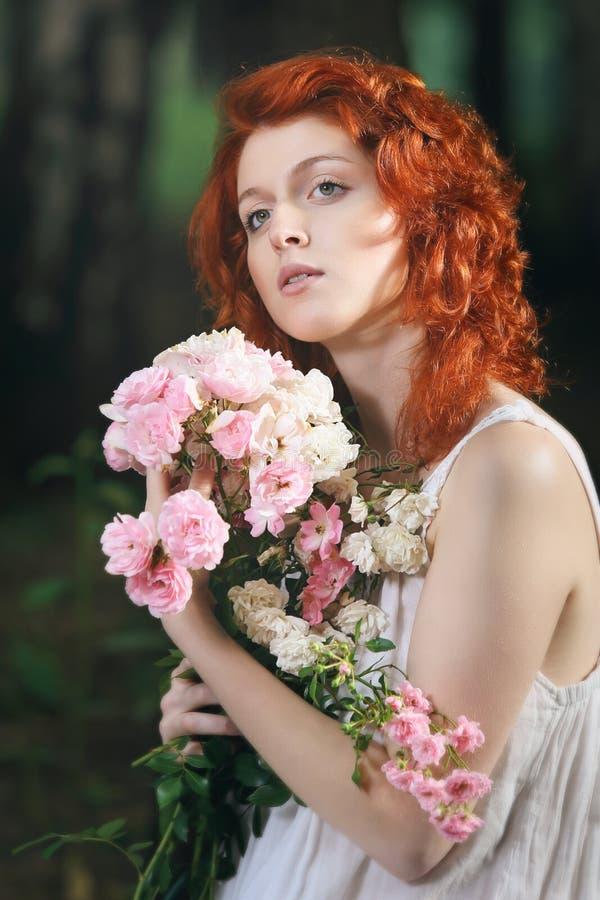 一名美丽的红头发人妇女的浪漫画象 库存图片