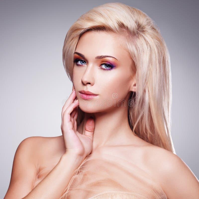 一名美丽的肉欲的白肤金发的妇女的画象。 免版税图库摄影