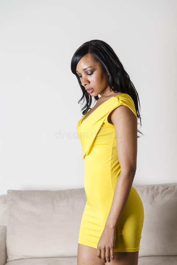 长沙发的非裔美国人的妇女 免版税库存照片