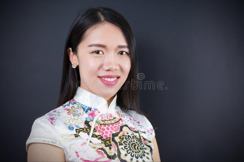 一名美丽的年轻亚裔妇女的画象礼服的 免版税图库摄影