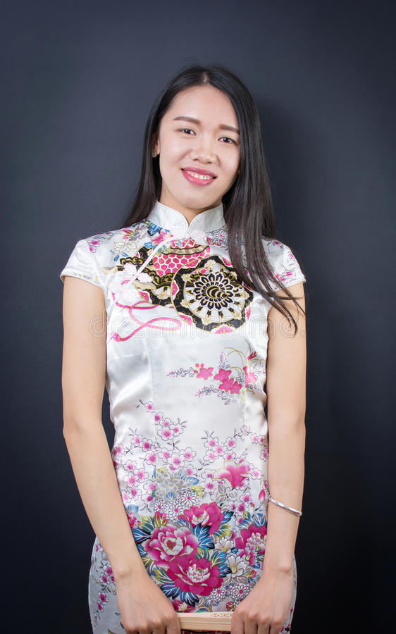 一名美丽的年轻亚裔妇女的画象礼服的 免版税库存图片