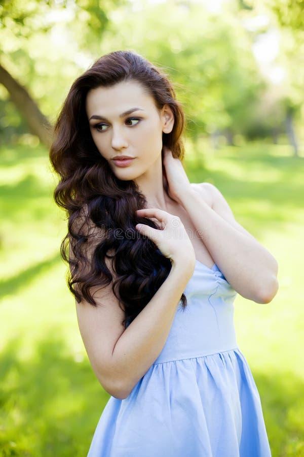 一名美丽的年轻白种人妇女的画象在春天庭院里 库存图片
