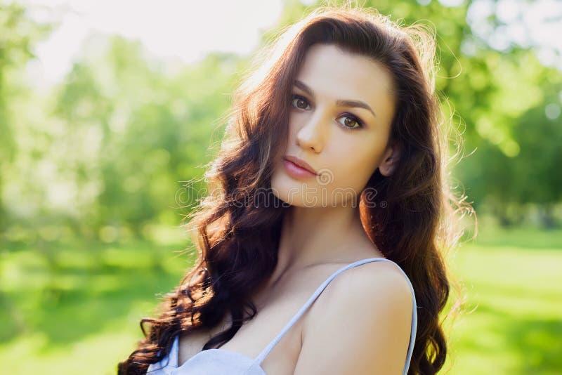 一名美丽的年轻白种人妇女的画象在春天庭院里 免版税库存图片
