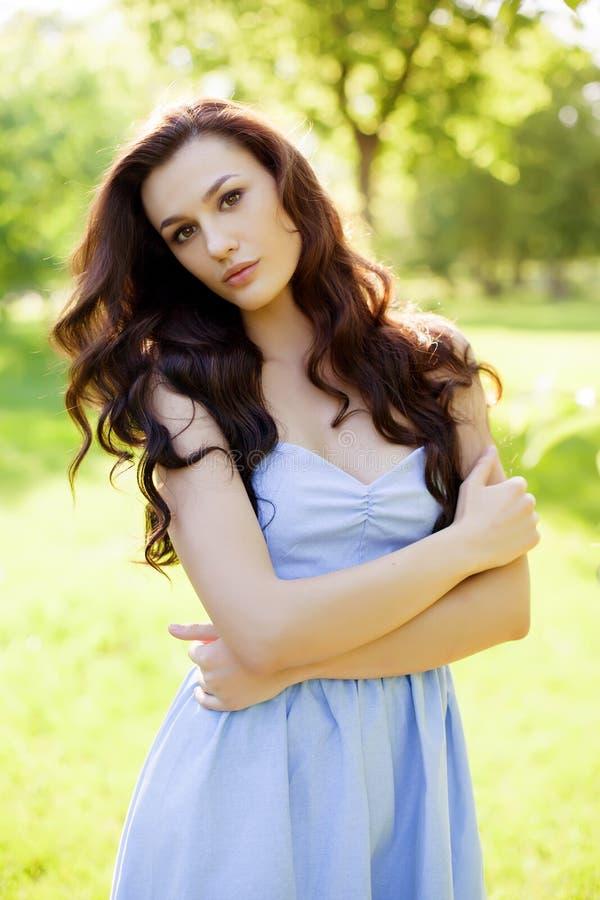 一名美丽的年轻白种人妇女的画象在春天庭院里 免版税库存照片