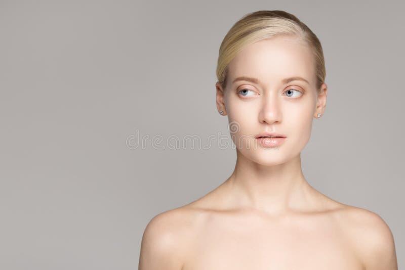 一名美丽的年轻白肤金发的妇女的画象有完善的皮肤的 免版税库存图片