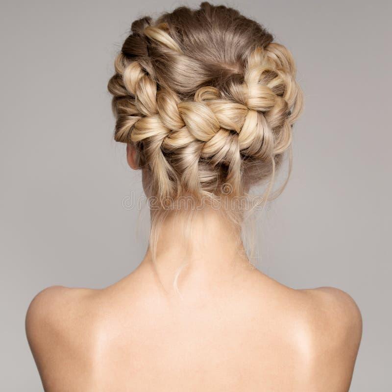一名美丽的年轻白肤金发的妇女的画象有辫子冠头发的 免版税库存照片