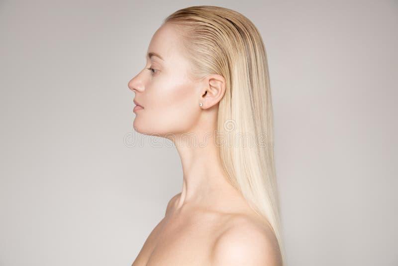 一名美丽的年轻白肤金发的妇女的画象有长的平直的海氏的 库存照片