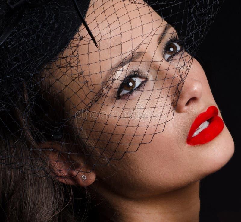 佩带fascinator的美丽,时髦的妇女 免版税库存图片