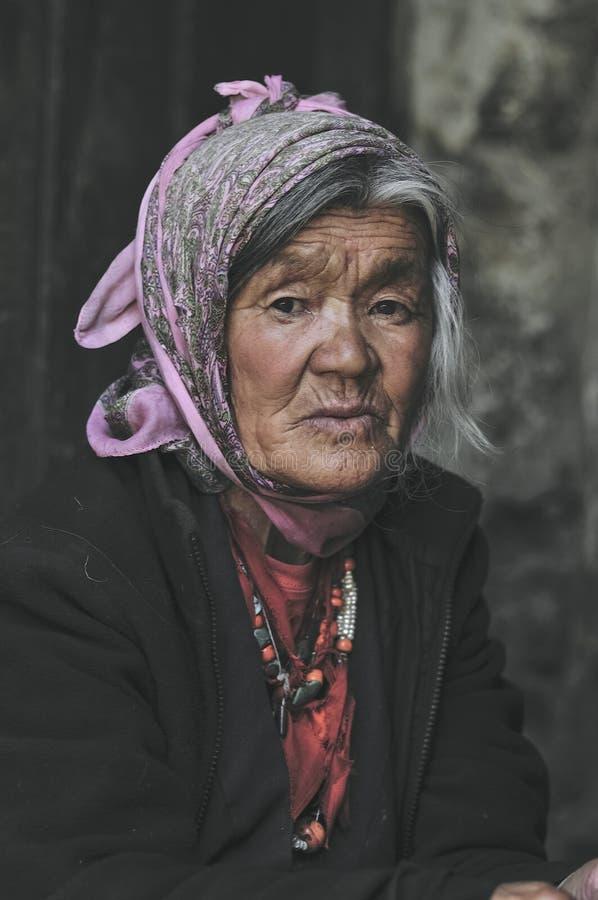 一名老西藏妇女的画象从拉达克的 免版税图库摄影