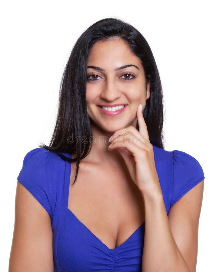 一名聪明的土耳其妇女的画象一件蓝色衬衣的 免版税库存照片