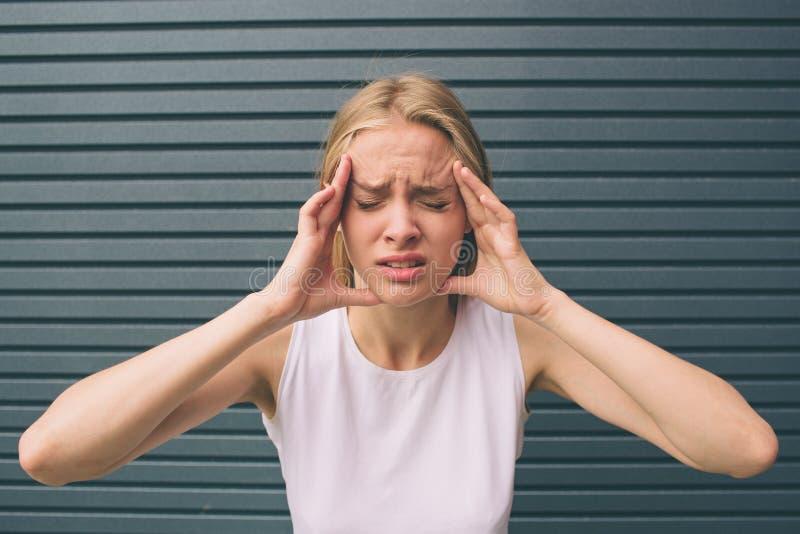 一名被注重的妇女的画象对负顶头在手上 免版税库存图片