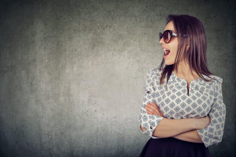 一名谈的可爱的妇女的画象太阳镜的 库存图片