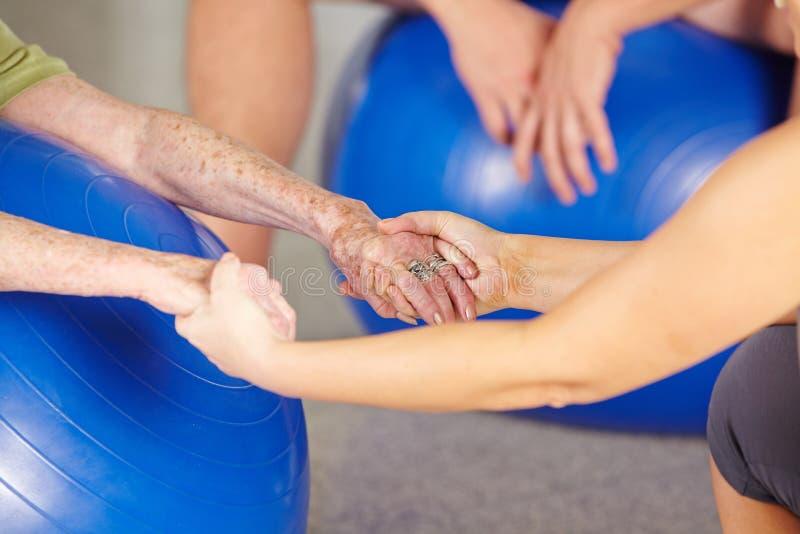 一名资深妇女的手健身房的 免版税库存图片