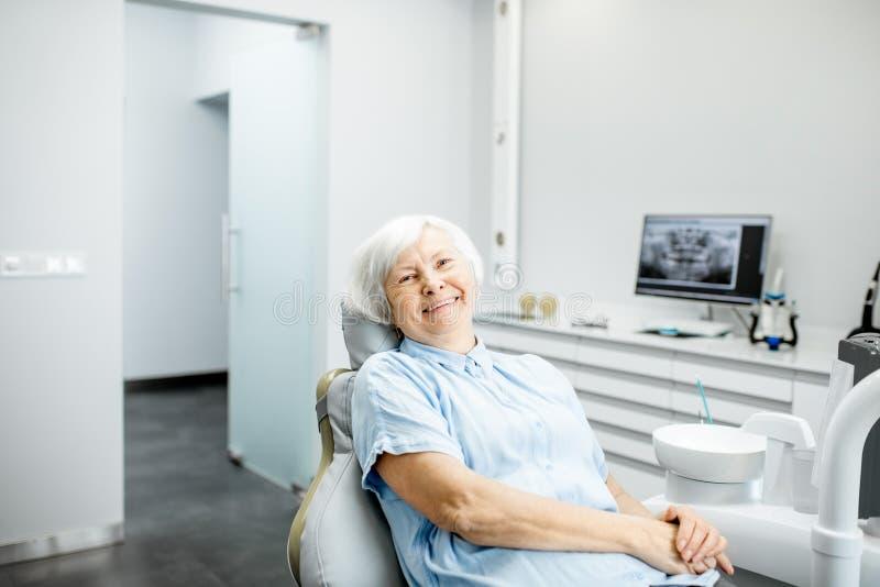 一名资深妇女的画象在牙齿办公室 免版税库存图片