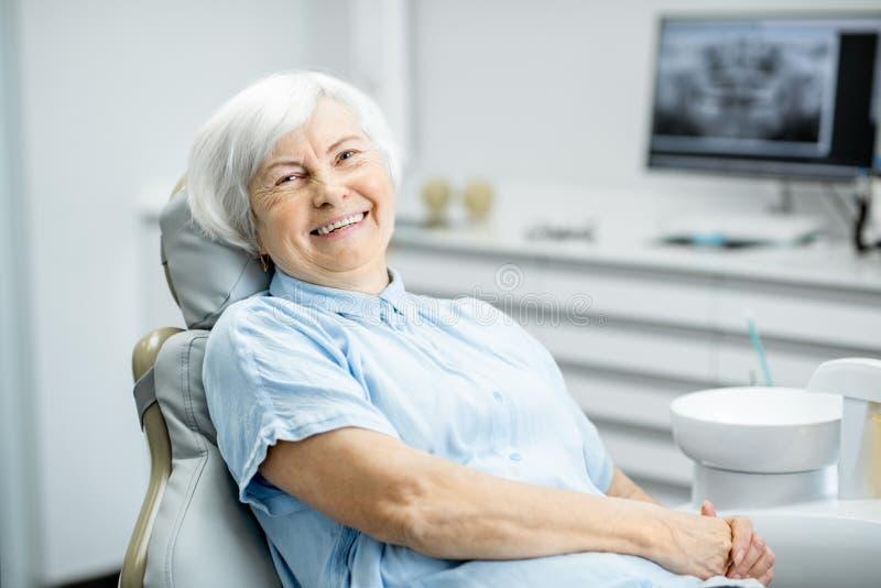 一名资深妇女的画象在牙齿办公室 库存图片