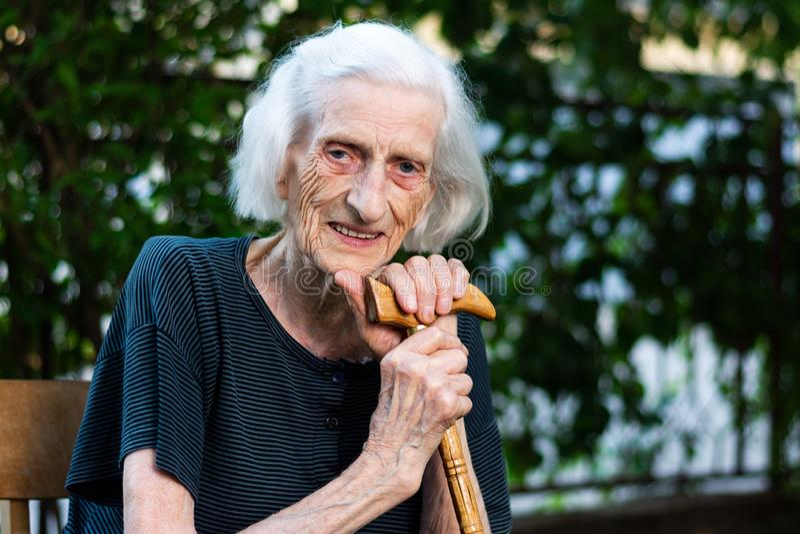 一名资深妇女的画象有走的藤茎的 库存照片