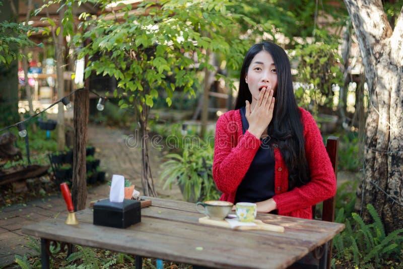 一名震惊妇女的画象坐桌用在的咖啡 免版税图库摄影