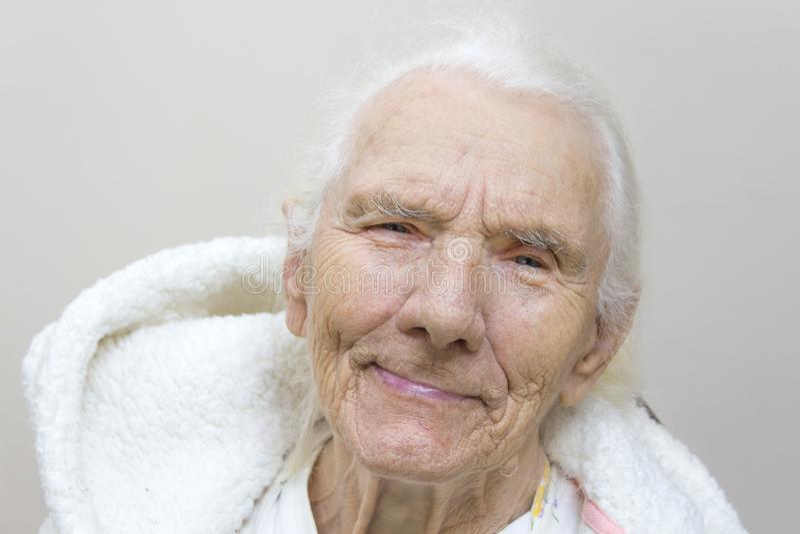 一名非常老灰色妇女的面孔没有牙的 免版税库存照片