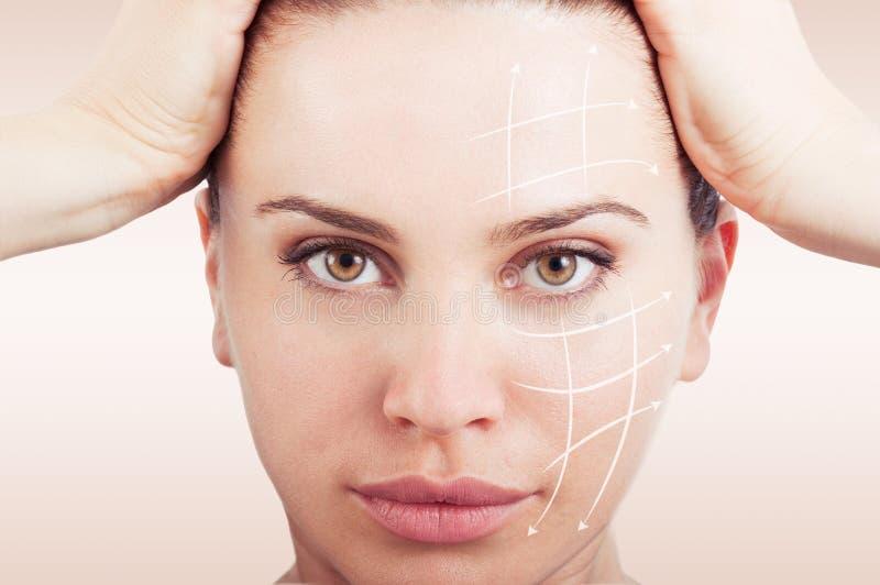 一名年轻和健康妇女的画象有箭头的在她的面孔 免版税库存照片