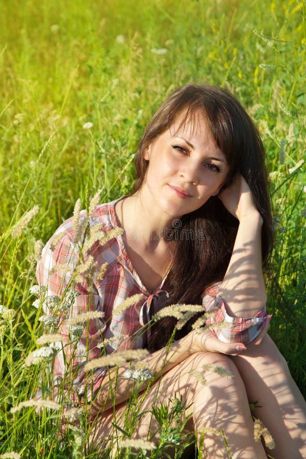 一名年轻微笑的妇女的画象 库存照片