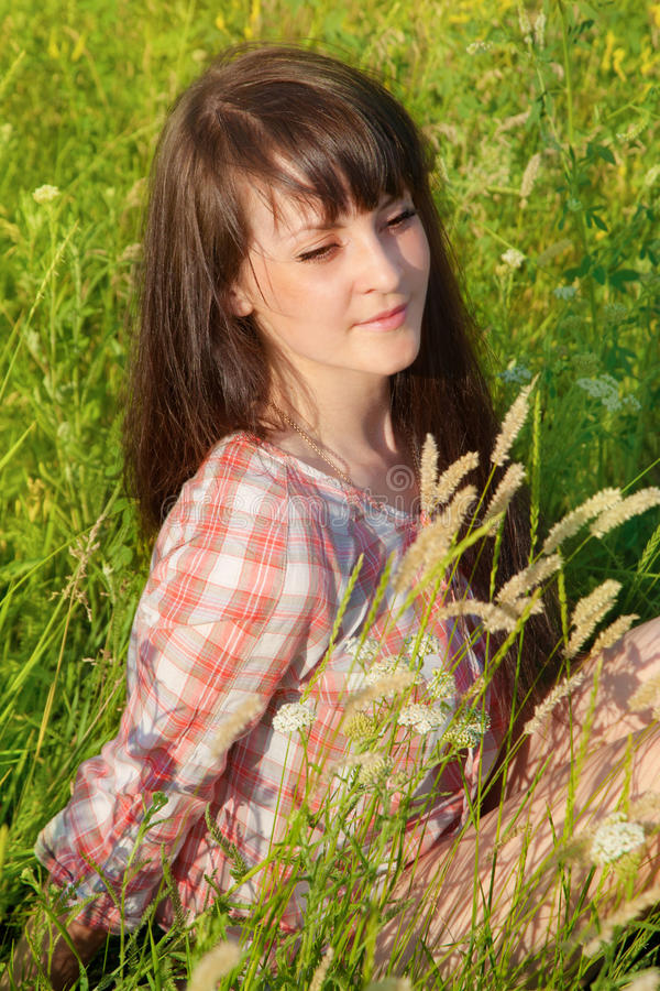 一名年轻微笑的妇女的画象 免版税库存照片