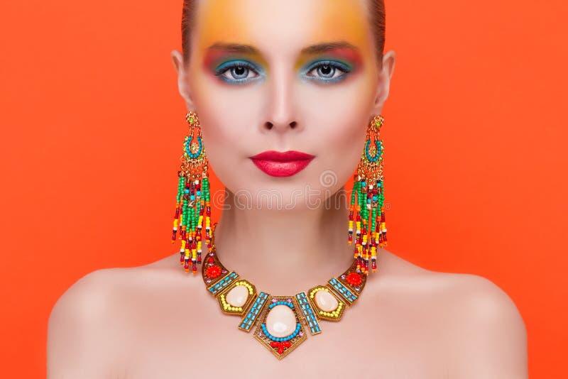 一名年轻性感的妇女的画象首饰的 免版税库存图片
