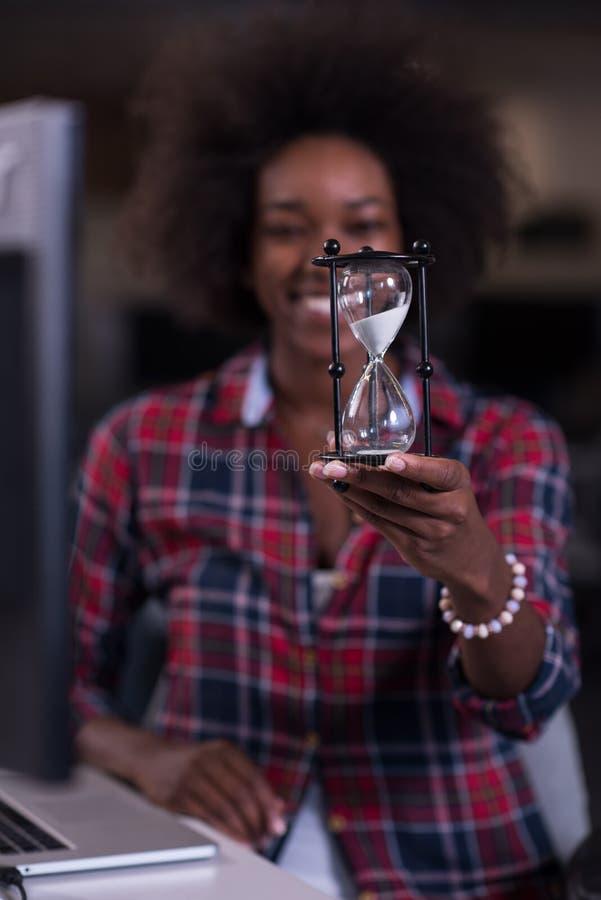 一名年轻成功的非裔美国人的妇女的画象现代的 库存照片