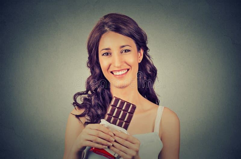 一名年轻深色的巧克力爱恋的妇女的画象 概念饮食 库存照片